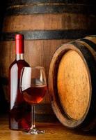 vinho rosado em copo e garrafa