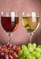 taças de vinho e uvas