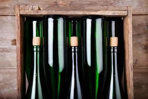 weinflaschen in holzkiste - garrafas de vinho em caixa de madeira