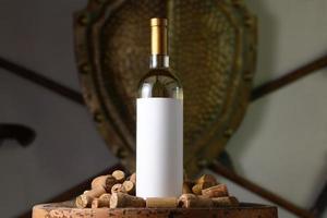 vinho branco com rolhas foto