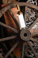 vinho branco na roda de madeira