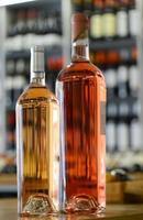 garrafas de vinho rosé da provença em uma loja