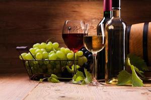 taças de vinho tinto e branco, servido com uvas