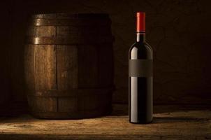 natureza morta com garrafas de vinho, copos e barris de carvalho.