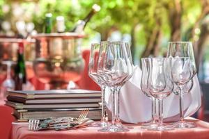 mesa solenemente posta com taças de vinho