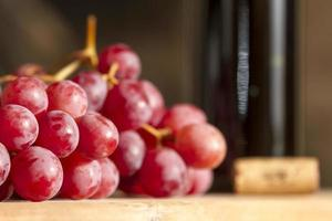 uvas em uma mesa de madeira. foto