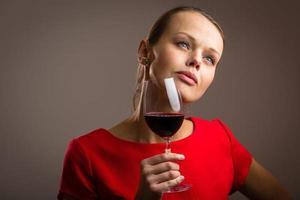 linda jovem com uma taça de vinho