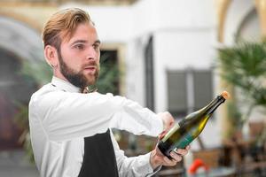 barman abrindo garrafa com espumante