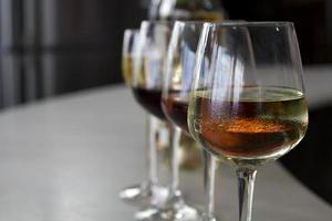 grupo de taças de vinho no bar