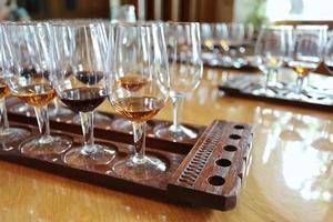 a mesa de degustação de vinhos. close-up de um copo de vinho.