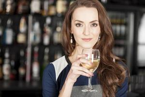 mulher bonita em bar de vinhos