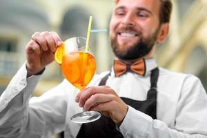 barman fazendo coquetel