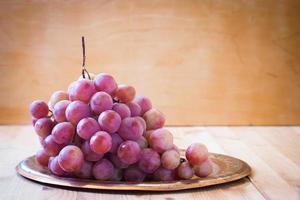 uvas rosa em uma bandeja de metal foto
