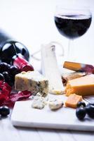 tabuleiro de servir de mármore com queijo