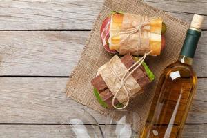 dois sanduíches e vinho branco