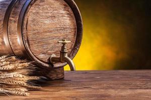 barril de carvalho velho em uma mesa de madeira. foto