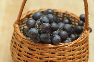 cesto cheio de uvas