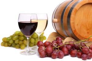 uva no barril, taças de vinho