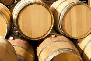barris de carvalho francês empilhados na vinícola foto