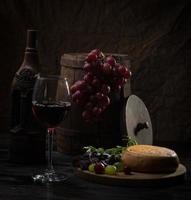 garrafa de vinho e copo foto