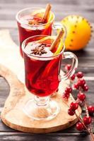 bebida quente de natal com especiarias. vinho com canela