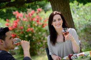 jovem casal apaixonado almoçando churrasco no jardim ao ar livre