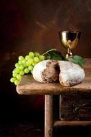 vinho sagrado e pão foto