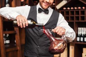 derramando vinho no decantador.