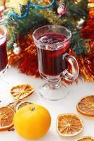 vinho quente com árvore de natal decorada