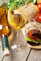 taça de vinho branco e sanduíches