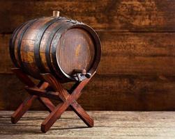 barril de madeira em fundo de madeira rústico