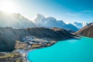 belas montanhas cobertas de neve com lago foto