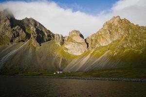 cabana e montanhas dramáticas, Islândia