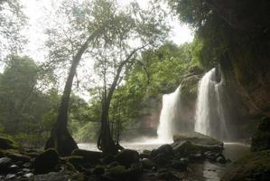 cachoeira haew suwat no parque nacional khao yai, tailândia. foto