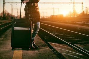 mulher viajante com trem foto