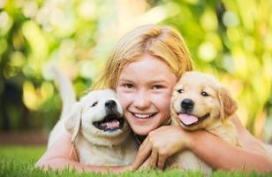 linda garota com cachorrinhos foto