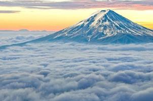 montanha Fuji no meio do nevoeiro.