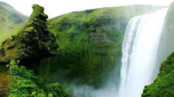 bela cachoeira islandesa '' skogafoss '' foto