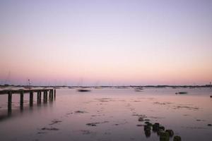 paisagem de noite de verão no porto de longa exposição com cais