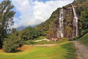 fluxos paralelos de água em uma colina verdejante