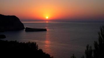 pôr do sol na praia de Benirras em uma noite tranquila de verão, ibiza