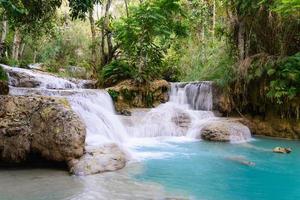 cachoeira kouangxi em luang prabang no laos. foto