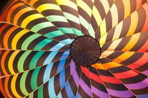 dentro de um balão de ar quente com muitas cores foto