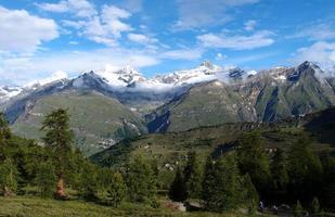 trilha perto do matterhorn nos Alpes suíços