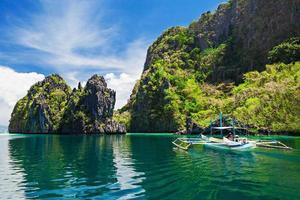 bela foto de um barco navegando em uma lagoa