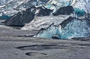 Detalhe da geleira vatnajokull coberta com cinza vulcânica está derretendo