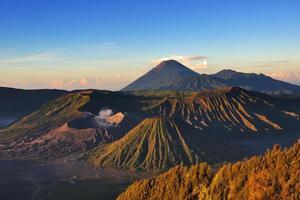 Monte Bromo complexo vulcânico durante o nascer do sol
