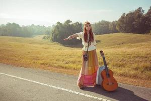garota hippie pedindo carona