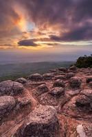 lindo pôr do sol no pico da montanha e copos de rochas da natureza