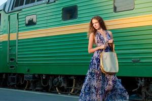 mulher esperando trem na plataforma foto